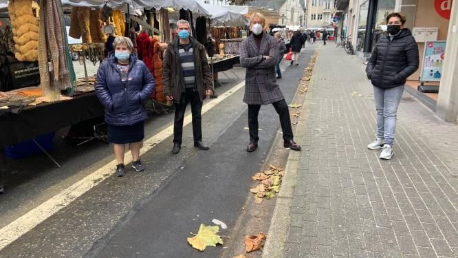 Met dichtgeknepen billen naar wekelijkse markt: stad vergeet mobiele toiletten voor marktkramers en bezoekers