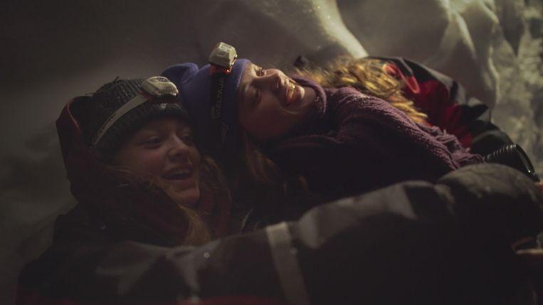 Roos (links) en Lotte Klaver in de documentaire 'Voor het donker wordt'. Beeld Herrie Film & TV