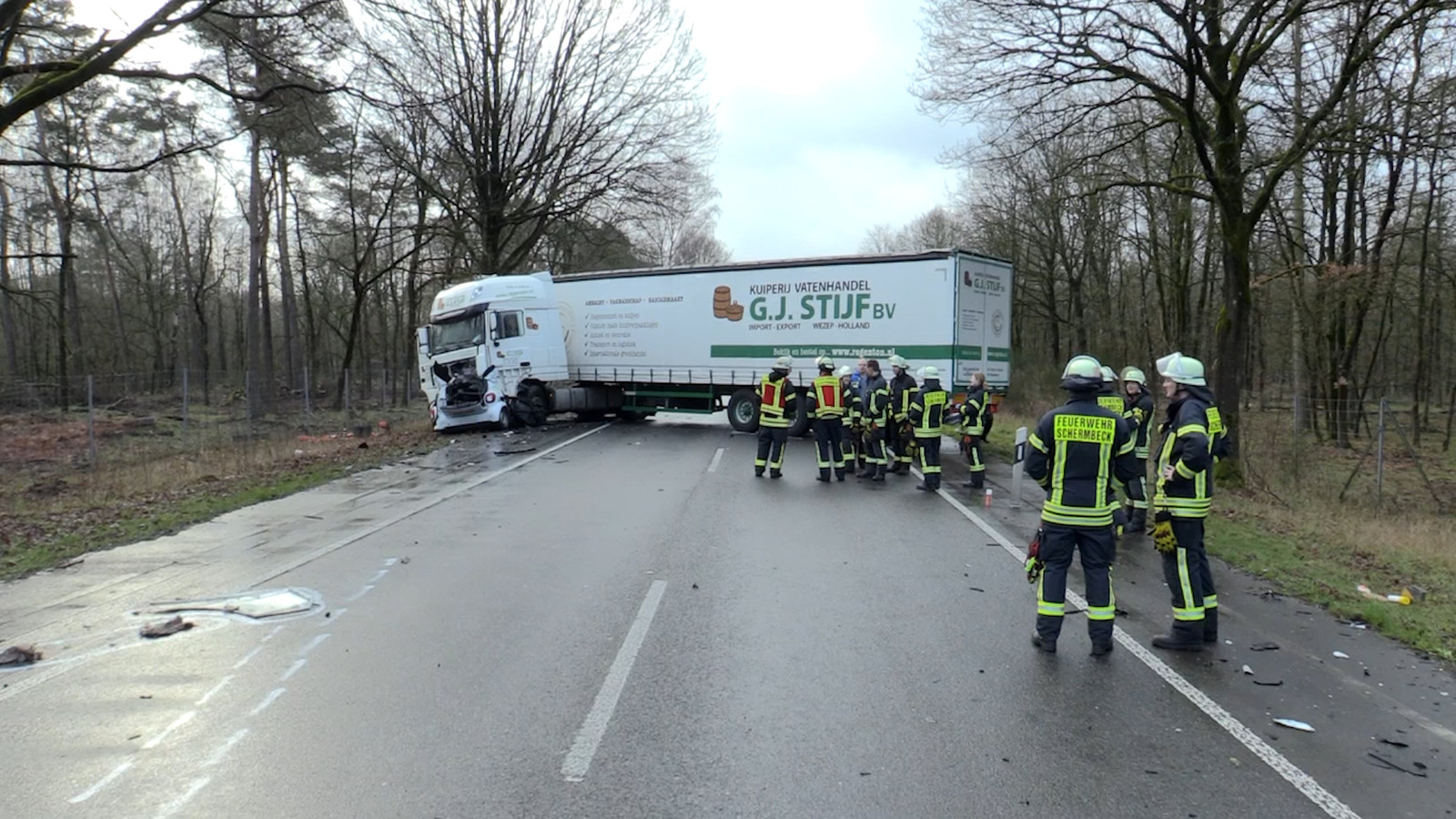 De hulpdiensten kwamen na het ongeluk massaal ter plaatse. De weg was bijna zeven uur dicht voor hulpverlening, onderzoek en bergingswerkzaamheden.