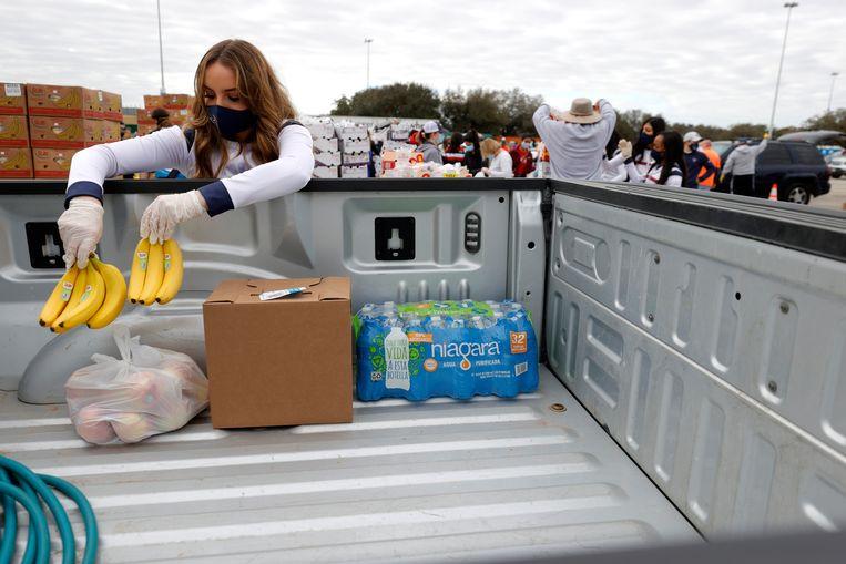 Als gevolg van de vrieskou vorige maand in Texas was er een gebrek aan voorraden in de winkels en aan drinkwater. Duizenden mensen stonden in de rij bij de voedselbank in Houston.  Beeld Getty