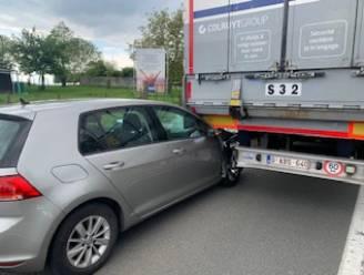 Bestuurder als bij wonder ongedeerd na gevaarlijk inhaalmanoeuvre waarbij hij onder vrachtwagen rijdt