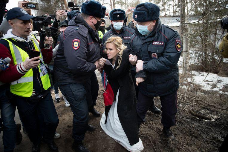 De arrestatie van Anastasia Vasiljeva, voorzitter van de artsenvakbond die protesteerde bij de strafkolonie waar Navalny gevangen zit. Beeld AP
