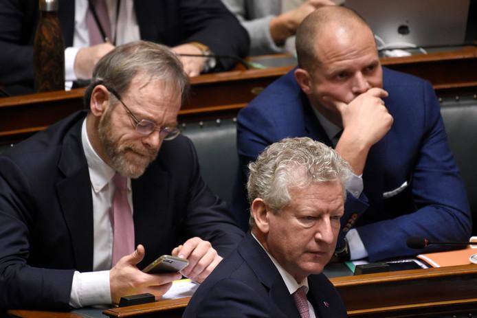 Pieter De Crem (CD&V), devant Peter De Roover et Theo Francken (tous deux N-VA), en séance plénière de la Chambre