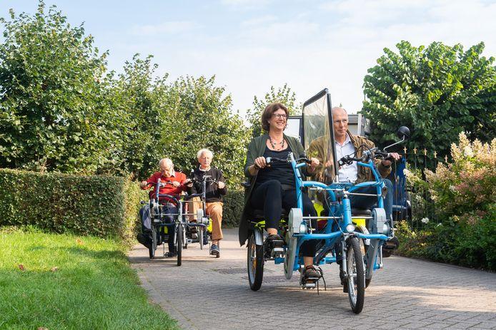 Aftrap van het project Fietsmaatjes bij korenmolen De Hoop in Bavel. Wethouder Miriam Haagh fietst samen met vrijwilliger Geert Schwering een rondje om de molen.