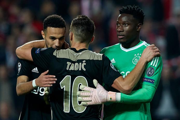 Noussair Mazraoui (l), Dusan Tadic  en Andre Onana vier de 1-1 van Ajax tegen Benfica.