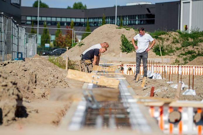Medewerkers van aannemersbedrijf Van Vulpen bouwen een nieuwe loods en kantoor op bedrijventerrein Bijsterhuizen.