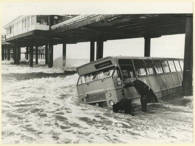 Januari 1988: Een bus raakt vast onder de Pier tijdens de vloed. Beeld anp
