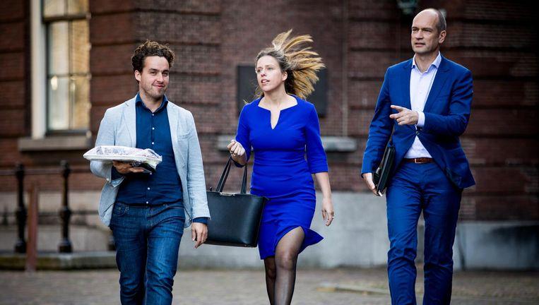 Carola Schouten op het Binnenhof op haar 40ste verjaardag. Woordvoerder Jonathan van der Geer draagt haar traktatie voor de pers, rechts fractievoorzitter Gert-Jan Segers. Beeld null
