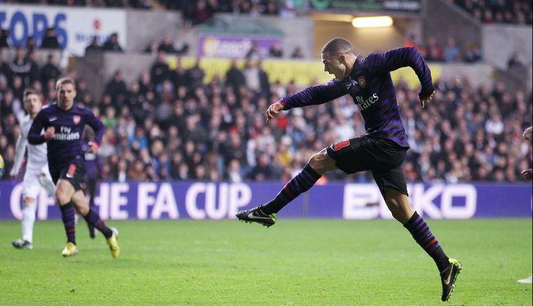 Kieran Gibbs met de 1-2 na een erg knappe volley. Beeld PHOTO_NEWS