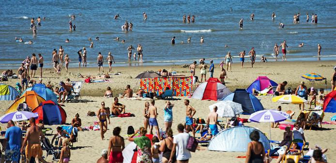 Badgasten op het strand van Texel. Foto ter illustratie.