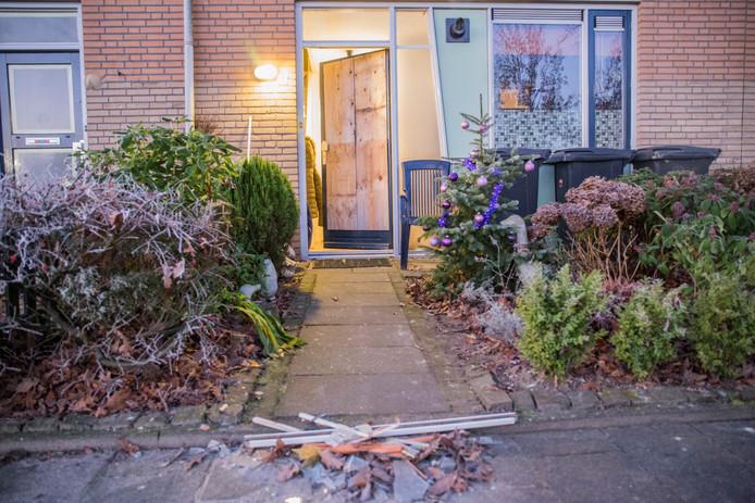 Vanmorgen vroeg rond 5.15 uur hebben onbekenden met een vuurwerkbom flinke schade aangericht bij een woning in Etten-Leur.