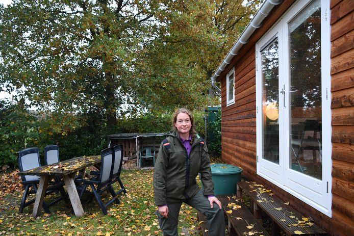 """Liza van Velzen bij haar tiny house. ,,Met minder spullen betaal je minder huur en leef je duurzamer."""""""