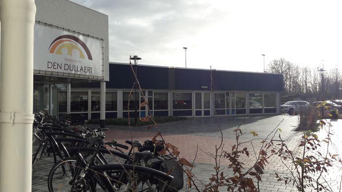 Tussen Den Dullaert en basisschool De Wereldboom ligt een parkeerterrein.