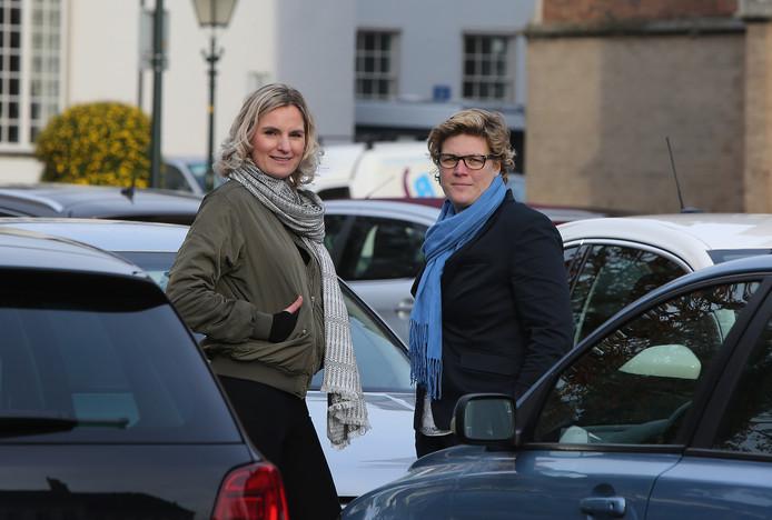 Liza Luesink (links) stapt uit de gemeenteraad van Zutphen. Haar fractievoorzitterschap wordt overgenomen door Martine Westerik (rechts).