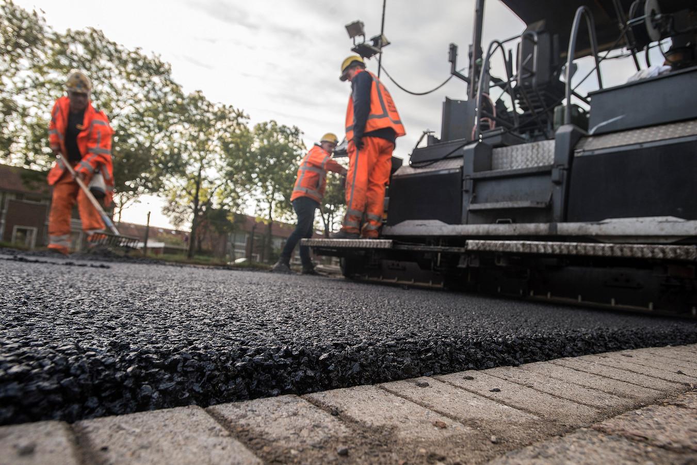 BREDA - In de Vlaanderenstraat wordt een proefvak met speciaal asfalt dat water vasthoudt aangelegd.