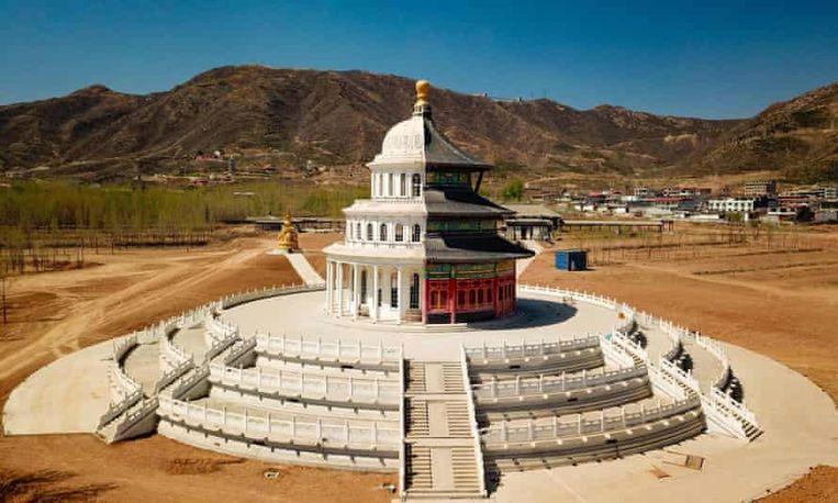 Een hybride gebouw in een onafgewerkt themapark in Shijiazhuang. Beeld rv