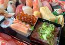 Rechts de fijngehakte 'toro' (tonijnbuik) met lenteuitjes. Links een bakje met 'vlees' van een krabbenpoot met sushirijst en visseneitjes
