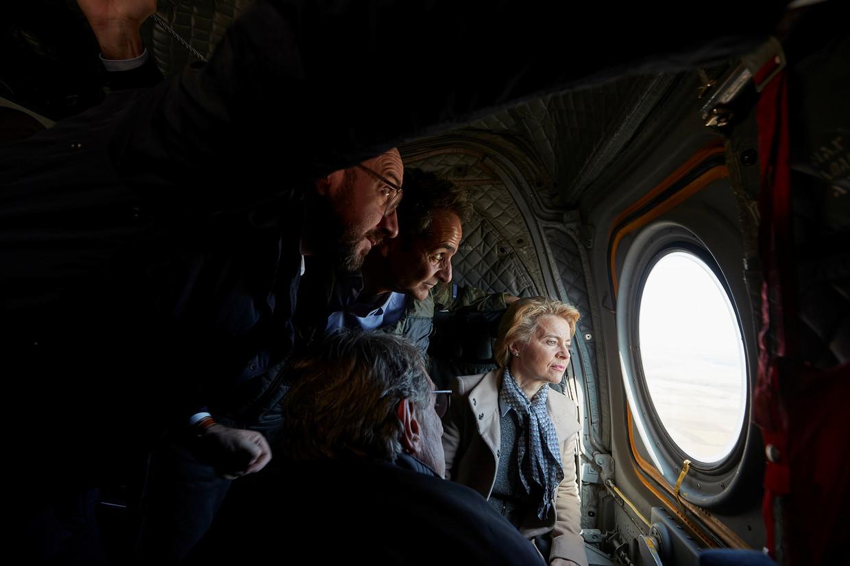 Een EU-delegatie, met onder meer Europees president Charles Michel (l.) en Commissievoorzitter Ursula von der Leyen (r.), bezocht gisteren de Grieks-Turkse grens, waar duizenden vluchtelingen toestromen in de hoop Europa te bereiken. Beeld REUTERS