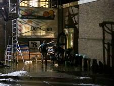 Smeltende sneeuw en regen loopt kelder van Watermuseum in
