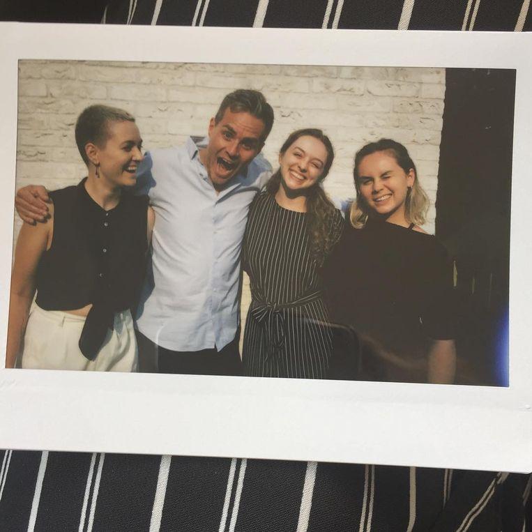 """Van de Veire heeft met Jitske (25), Hebe (19) en Kato (22) al volwassen dochters uit zijn vorige relatie. Of zoals hij hen noemt: """"mijn drie vrouwen""""."""
