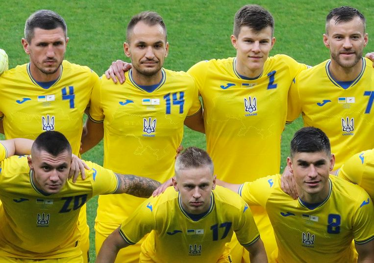 Leden van het Oekraïense voetbalteam met de omstreden shirts, waarop een leus staat die verwijst naar de onafhankelijkheid van het land. Beeld EPA