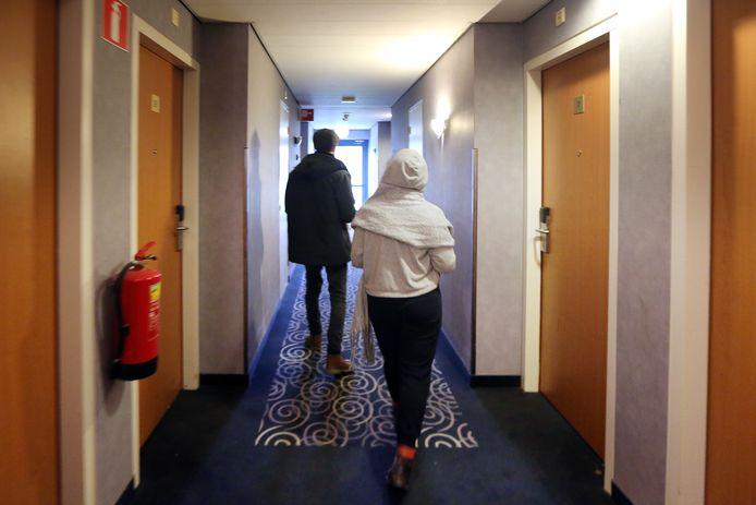 In het hotel 'Port of Moerdijk' zijn arbeidsmigranten uit onder meer Polen en Roemenie gehuisvest.