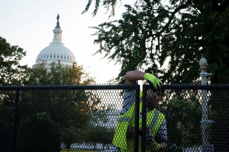 Het hekwerk wordt stukje voor stukje afgebroken. Beeld REUTERS