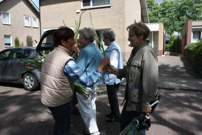 Riet van Dongen deelde voor de tiende keer gladiolen uit.