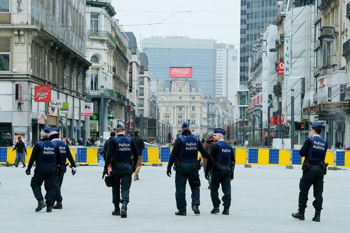 P olitie controleert op de naleving van de coronamaatregelen in de Brusselse voetgangerszone.