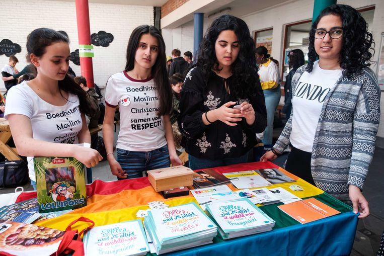 De moslimmeisjes deelden flyers en regenbooglolly's uit.