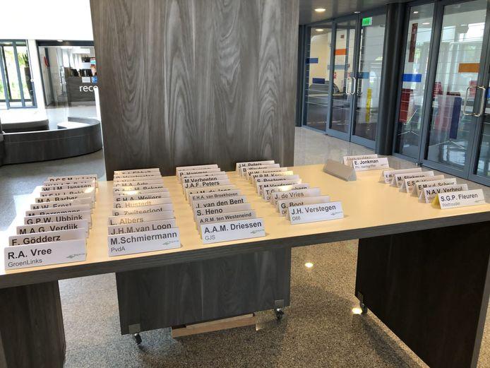 Naambordjes van de gemeenteraadsleden van Berg en Dal.