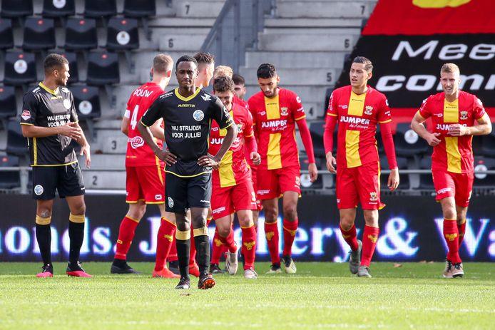 FC Den Bosch-speler Kevin Felida blijft teleurgesteld achter nadat De Eagles weer hebben gescoord.