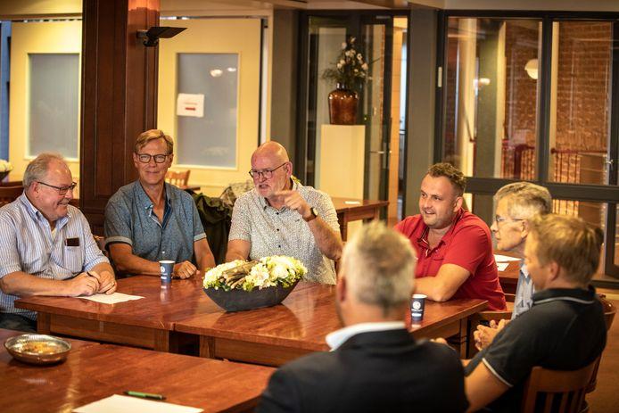 Inloopbijeenkomst voor veteranen. Niet iedereen kon of wilde herkenbaar in beeld. Vanaf links Martin Bosma, Freek Drenth, Frank Waanders, initatiefnemers van de bijeenkomst.
