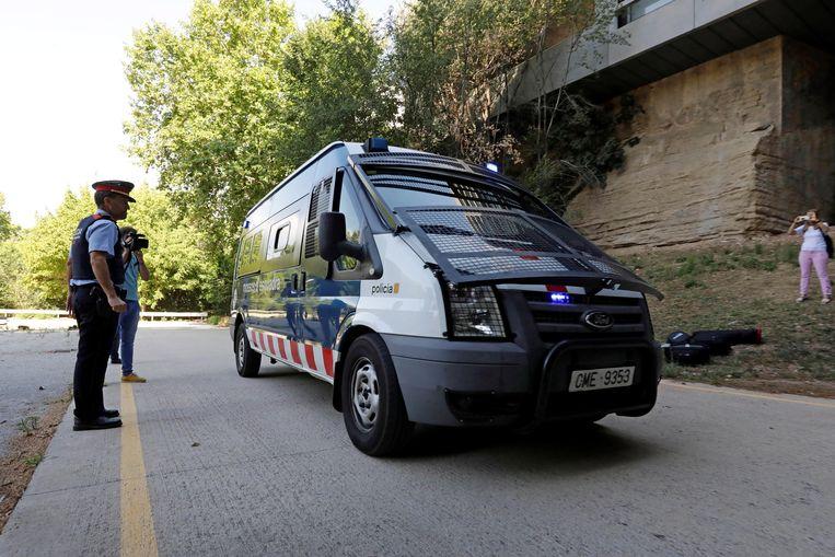 Een politiebusje met vier verdachten van een vermeende groepsverkrachting arriveert bij het gerechtshof voordat ze getuigen voor de onderzoeksrechter in Manresa, Barcelona. Beeld EPA