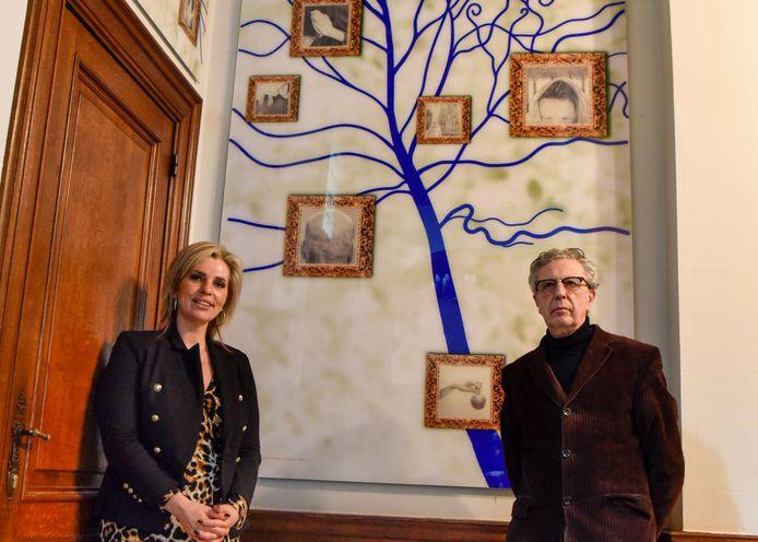 Schepen Inge Brocken en kunstenaar Stefaan van Biesen bij het kunstwerk in de inkomhal van het kasteel.