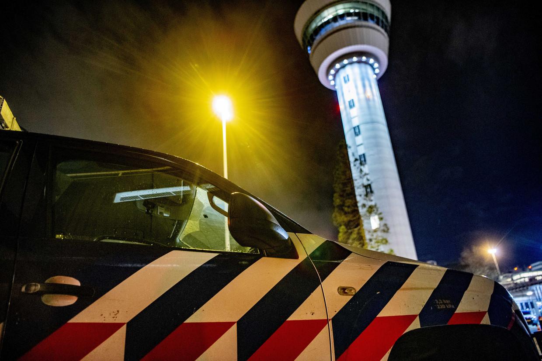 Marechaussee op Schiphol. De Koninklijke Marechaussee onderzocht een vliegtuig met de bestemming Madrid. Het kapingsalarm bleek achteraf per ongeluk te zijn geactiveerd.
