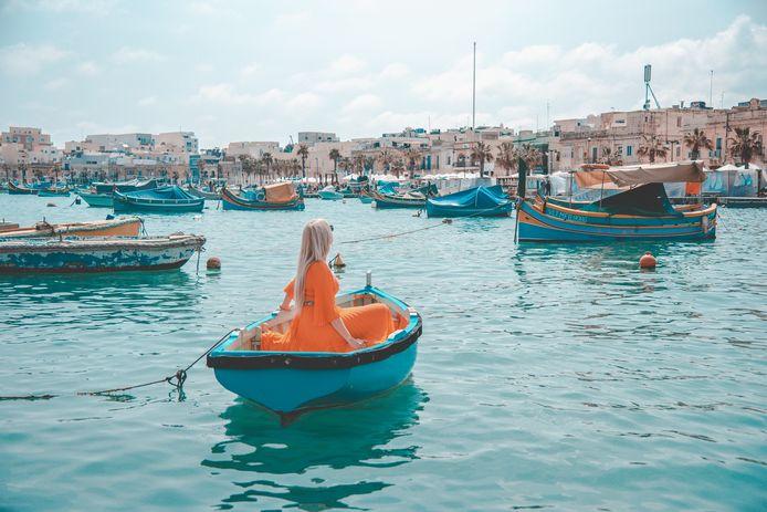 À Malte, Sarah a délibérément choisi une tenue orange, car l'orange et le bleu sont des couleurs complémentaires.