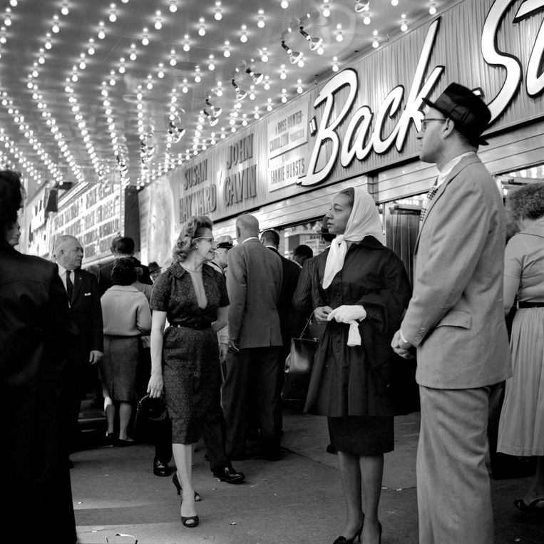 Vivian Maier, 'At the Balaban&Katz United Artists Theater, Chicago, Illinois, 1961'.   Beeld Estate of Vivian Maier, Courtesy Maloof Collection and Howard Greenberg Gallery, New York