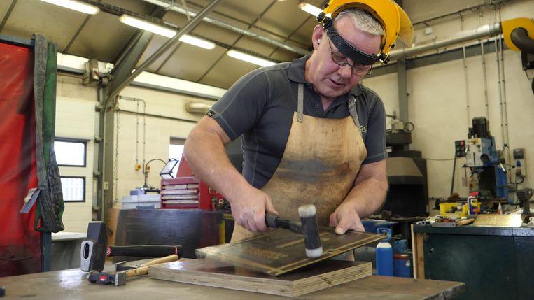 """""""Een bekwaam team van smeden, steenhouwers, timmermannen en tuinmannen lichten de gebruikte restauratietechnieken toe."""""""