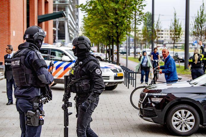 Beveiliging bij de extra beveiligde rechtbank in Rotterdam voorafgaand aan een zitting over de uitlevering van Tse Chi Lop.
