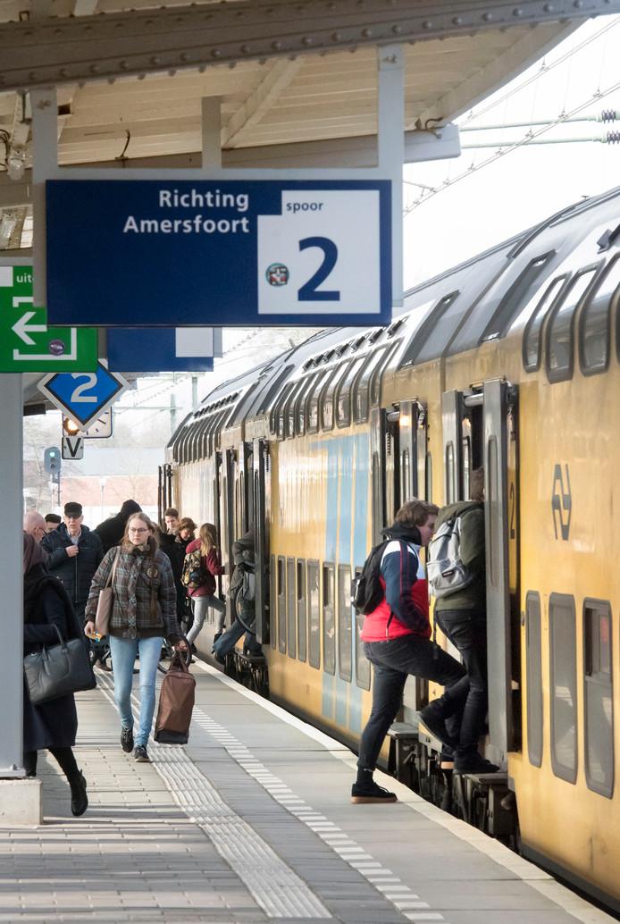 Het treinstation in Harderwijk. In de stoptreinen die op en een pendelen tussen Zwolle en Amersfoort, is het momenteel zweten geblazen. Het gaat namelijk om oude modellen die niet beschikken over airco.