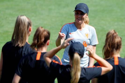 Bondscoach Sarina Wiegman tijdens de vrijdag training.