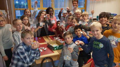 Leerlingen Sint-Pieter Zevendonk verkopen zakjes vol geluk