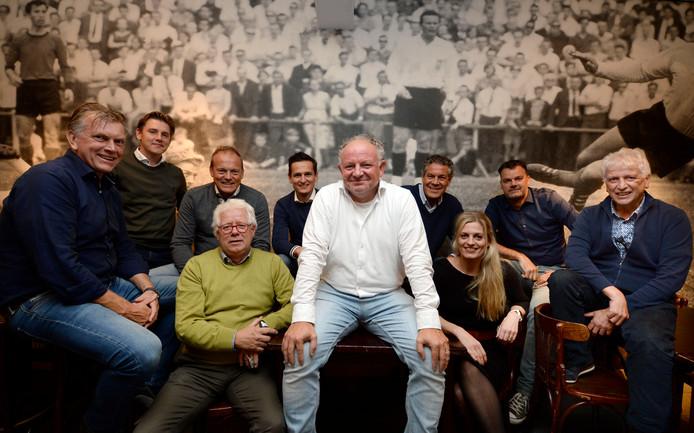 De jubileumcommissie, met Engelbert Heideman (witte blouse) als voorzitter, pakt groots uit met het 100-jarig bestaan van Quick'20.