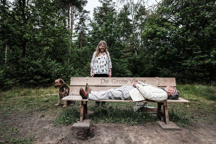 Peet Hopmans schonk een zitbankje aan landgoed De Hoenderkamp in Hengelo. Hij probeerde er meteen even op te mediteren.