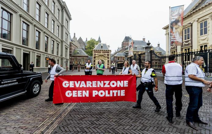 Politieagenten organiseren een ludieke actie waarbij zij de Haagse binnenstad afsluiten. De politiebonden demonstreren voor een betere cao.