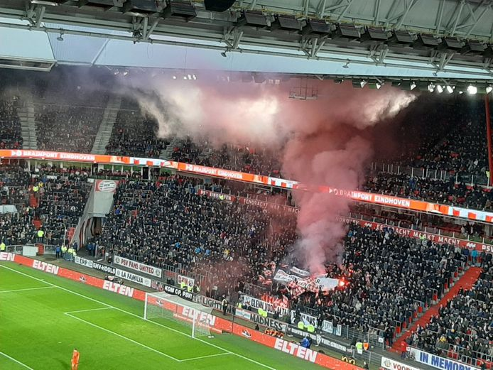 In december werd tijdens PSV-PEC Zwolle vuurwerk afgestoken bij PSV. Dat kost de club nu geld.