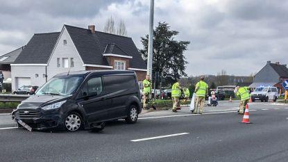 Auto's botsen aan oversteek over N60 in Mullem