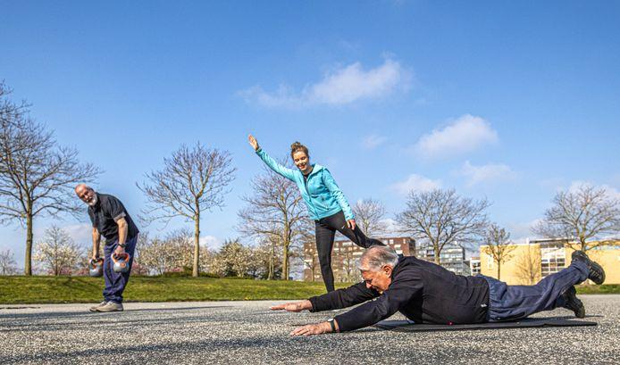 Onder leiding van Sterre van Enk werken Nico Osseweijer en Rob van der Meulen zich in het zweet.