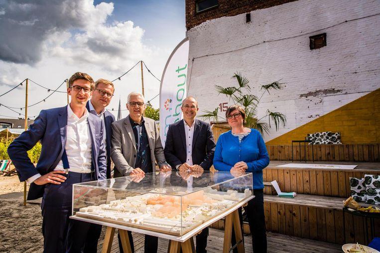 Arne Allewaert en Kristof Vanfleteren van ION, Luc Op de Beeck van Zorggroep Orion en schepenen Francis Stijnen en Astrid Wittebolle bij een maquette van het nieuwe gebouw en het plein ernaast.